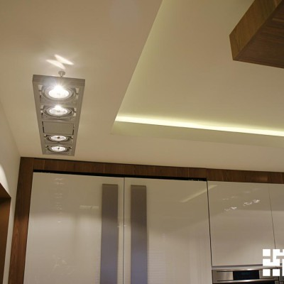 Кухня. Потолок из ГКЛ с декоративной подсвеченной нишей. По периметру установлены светильники с поворотными элементами