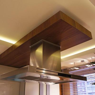 Кухня. Вытяжной короб спрятан в декоративную плиту из натурального дерева