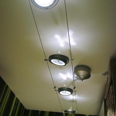Коридор. Потолок из ГКЛ, передвижные светильники на проволоке (на шинах)