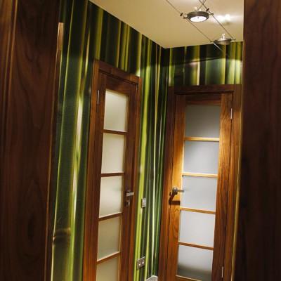 Коридор, вид из холла. Левая дверь ведёт в малый санузел, правая во внутристенную нишу (фальш-дверь, раньше вела в кухню)