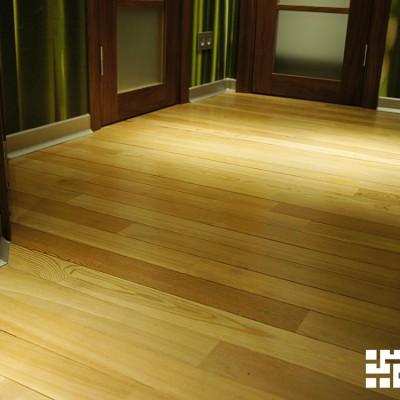 Пол коридора. Деревянная доска, покрытая лаком; алюминиевый плинтус