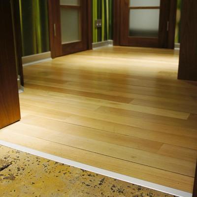 Вход из холла в коридор. Алюминиевый порожек