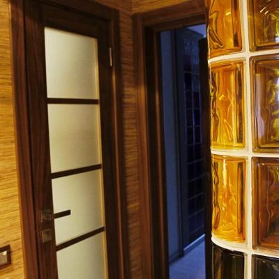 Ремонт квартиры на Королёва. Слева направо: дверь в ванную, дверь в детскую, угол гардеробной