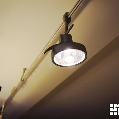 Гостиная. Передвижной светильник на штанге возле окна