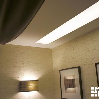Стены спальни покрыты обоями из натуральной соломки (как в холле, только светлее)