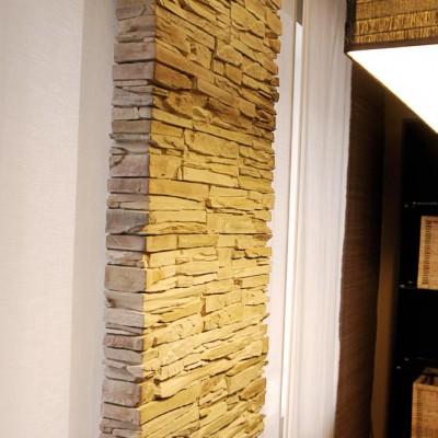Гостиная. Простенок между окнами выложен искусственным камнем (как и камин)