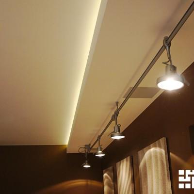 Гостиная. Декоративная плита из ГКЛ с закарнизным светом и передвижными светильниками на штанге (над диваном)