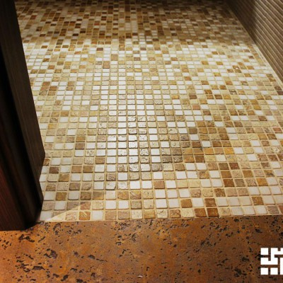 Ремонт квартиры на Королёва. Вход из холла в ванную. На полу ванной мозаичная плитка из натурального камня