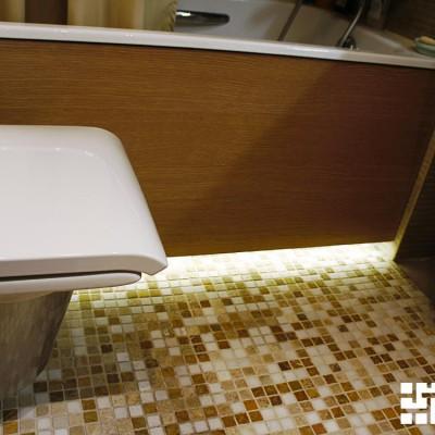 Пол выровняли, вмонтировали тёплый пол. Снизу ванна подсвечена светодиодной лентой