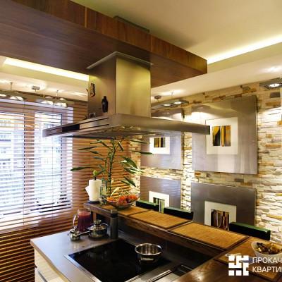 Кухня. В центре, под вытяжкой, расположена варочная поверхность