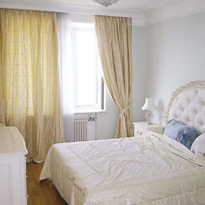 Закарнизная ниша в спальне: короб ниши спущен с потолка. Лепнина переходит со стен на нишу
