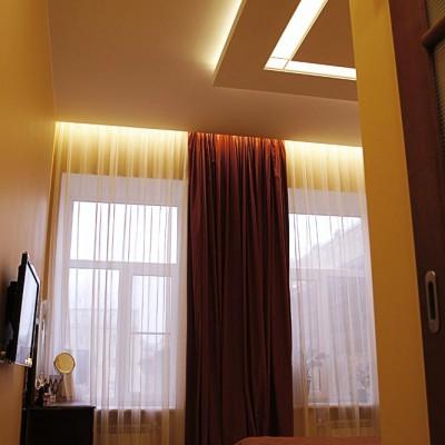Спальня. Закарнизная ниша со светодиодной подсветкой встроена в потолок из ГКЛ