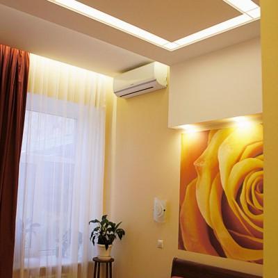 Спальня. Закарнизная ниша со светодиодной подсветкой встроена в потолок из ГКЛ. Крупный план