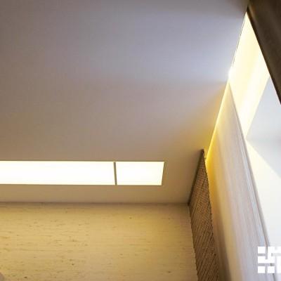 Закарнизная ниша с подсветкой встроена в потолок из ГКЛ. Передние полотнища штор крепятся к потолку