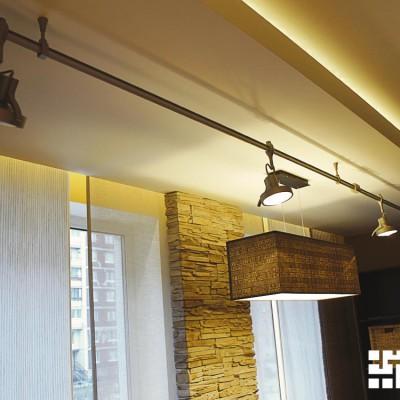 Закарнизная ниша с подсветкой встроена в декоративный короб из ГКЛ; крупный план