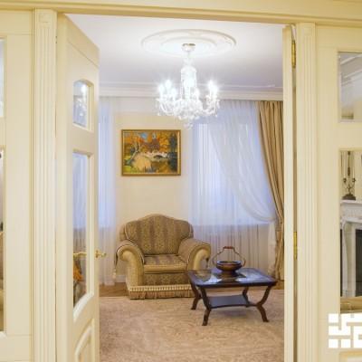 Закарнизная ниша в гостиной: короб ниши спущен с потолка. Лепнина переходит со стен на нишу