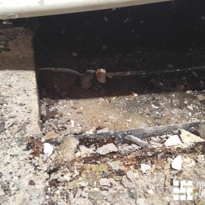 Демонтаж. Бетонный подиум пропитан водой