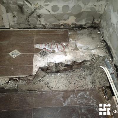 Этап демонтажа. Гидроизоляция пола отсутствовала; клей был нанесён шлепками (шлепки особенно хорошо видны на стенах)
