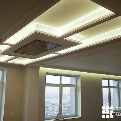 Кухня-гостиная, потолок из ГКЛ. Над окнами ниша для штор с подсветкой. В центре - короб из ГКЛ с подсветкой и натяжным потолком