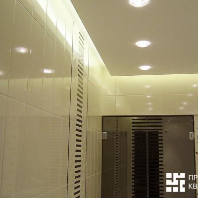 Потолок из ГКЛ выполнен в виде парящей в воздухе плоскости, со светодиодной подсветкой по периметру и встроенными светильниками