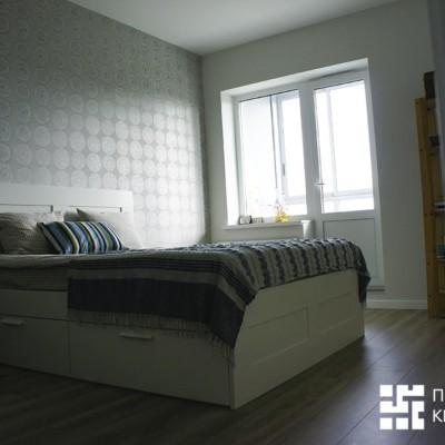 Комната. Прикроватная стена выделена более темными обоями с рисунком