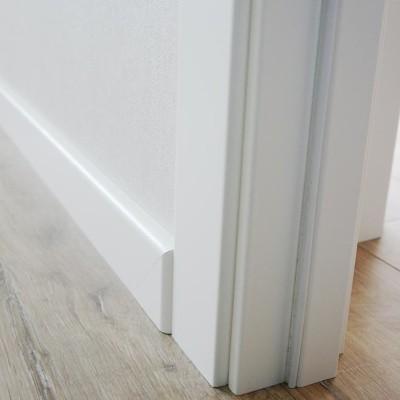 Выход из комнаты. По просьбе хозяйки ламинат уложили одним полотном, не разделяя комнату, кухню и коридор порожками. Все углы аккуратно обведены