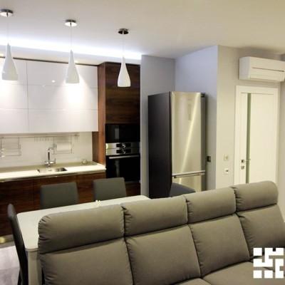 Гостиная-кухня. На потолке ниша из гипрока с подсветкой. Высота ниши рассчитана точно под размеры кухонного гарнитура