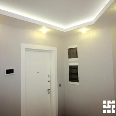 Рядом с входной дверью в нише - слаботочный щит, ниже - электрический щит. Потолок - из ГКЛ, с нишей и подсветкой