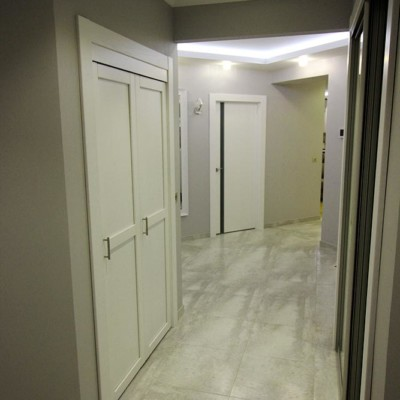 Слева - хозяйственное помещение (стиральная и сушильная машины, полки для хранения). Справа - откатная дверь в гардеробную
