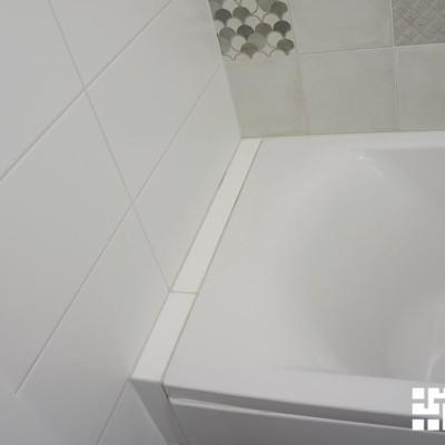 Длина ванны немного меньше длины ванной комнаты. Чтобы не испортить эстетику, построили узкий короб из гипрока и выложили его кафельной плиткой