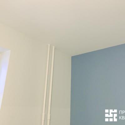 Кухня, зона у окна. Стены и потолок выровнены и окрашены. Одна стена выделена синим цветом; сине-белая гамма планируется и в кухонной мебели