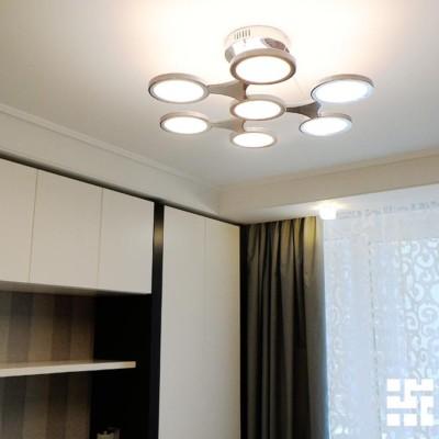 Потолочный короб из гипрока (по периметру) спроектирован точно под размеры мебели. Стык потолка и короба из гипрока декорирован гипсовой лепниной