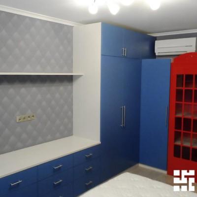 Чтобы в комнате всегда был порядок, для комфортного размещения вещей и одежды установлены вместительные шкафы