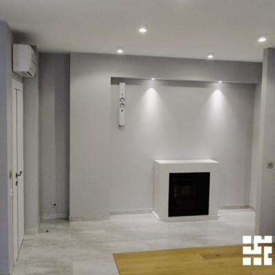 Пространство над камином хозяева квартиры планируют заполнить фотографиями