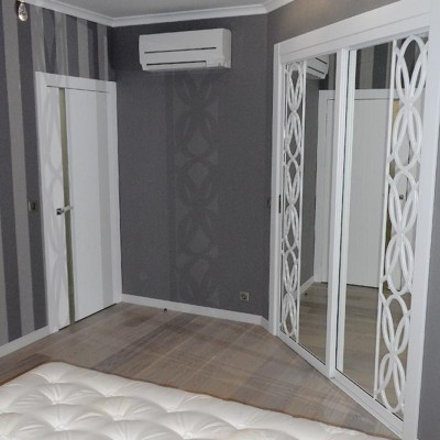 Спальня. Потолок из гипрока с гипсовыми галтелями по периметру. Накладные светильники