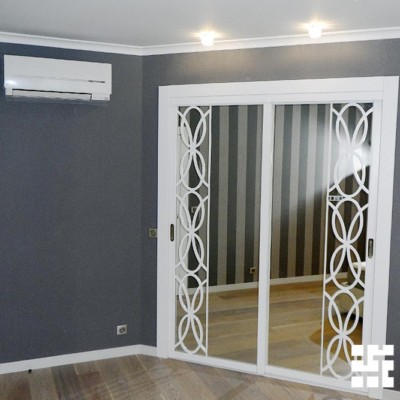 В спальне сделали встроенную гардеробную из гипрока с зеркальными откатными дверьми