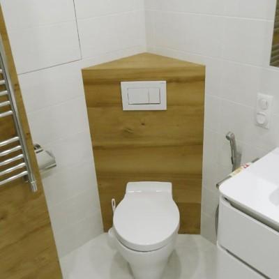 Из-за ограниченного размера помещения унитаз с инсталляцией поместили в угол ванной