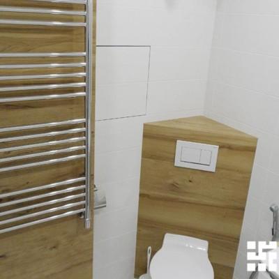 В отделке ванной использована керамическая плитка, имитирующая дерево
